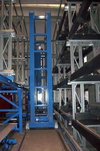 Stacker crane and storage places for pallets
